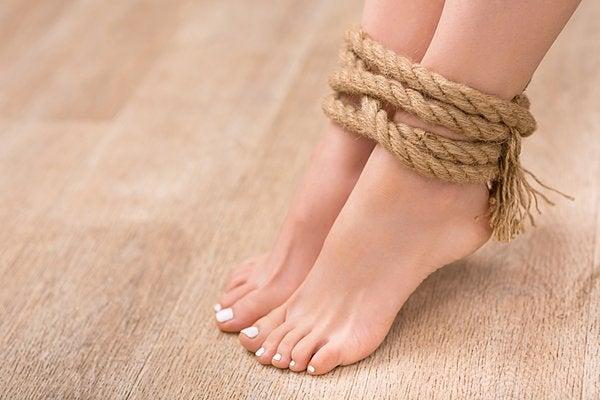脚を縛って寝るなんて!? 冷えや腰痛を改善し美脚になれるとウワサの ...
