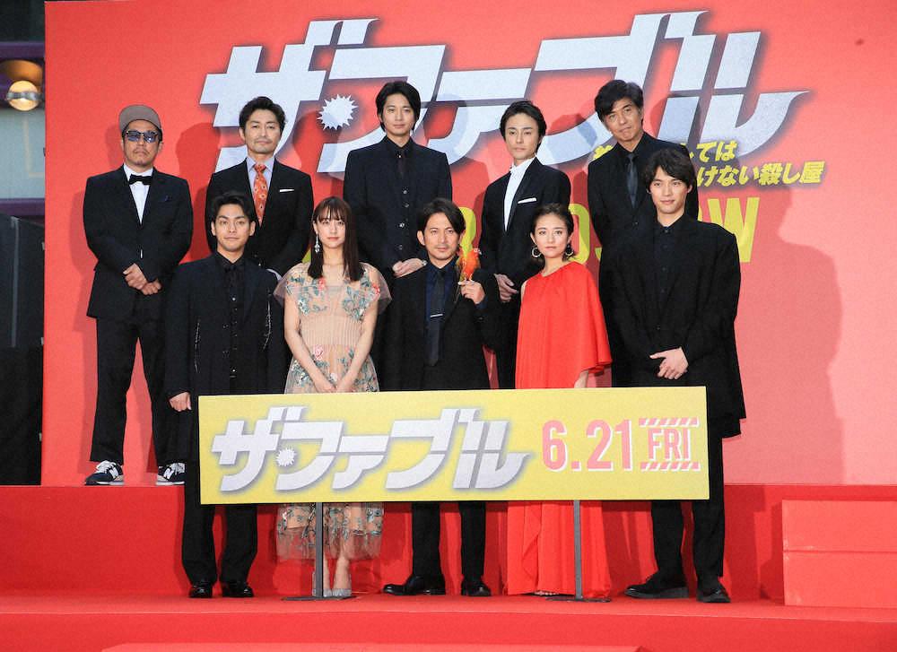 映画「ザ・ファブル」完成披露試写会>壇上で並ぶ(前列左から)柳楽優 ...