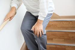 階段の昇り降りで膝に痛みが出る原因と、痛みの対処法
