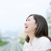 見上げる女性の横顔】の画像素材(11555884) | 写真素材ならイメージナビ