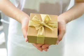 無料写真] プレゼントを渡す女性の手元 - パブリックドメインQ:著作権 ...