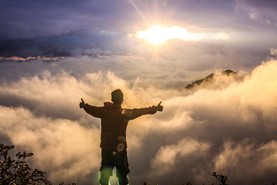 フリー写真] 雲海と朝日を眺める男性の後ろ姿でアハ体験 - GAHAG ...