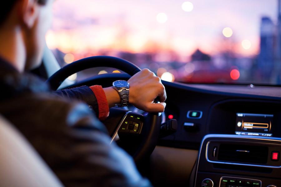 フリー写真] 車を運転している男性でアハ体験 - GAHAG | 著作権フリー ...