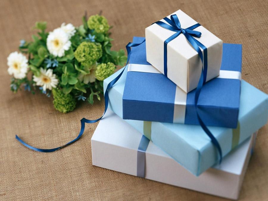 フリー写真] ラッピングされたプレゼントと花でアハ体験 - GAHAG ...