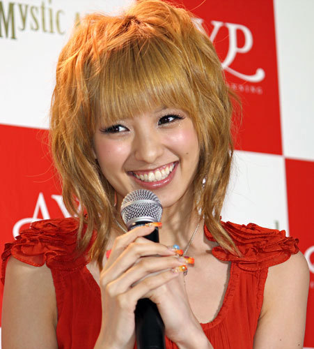 asahi.com(朝日新聞社):アッキーナ、真紅のドレスで大胆露出 香水 ...