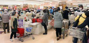 新型コロナで日常生活に不安抱え 週末、買い物をする市民 | 稚内プレス社