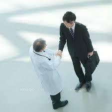 製薬会社の営業マンと握手をする医者】の画像素材(70121651) | 写真 ...
