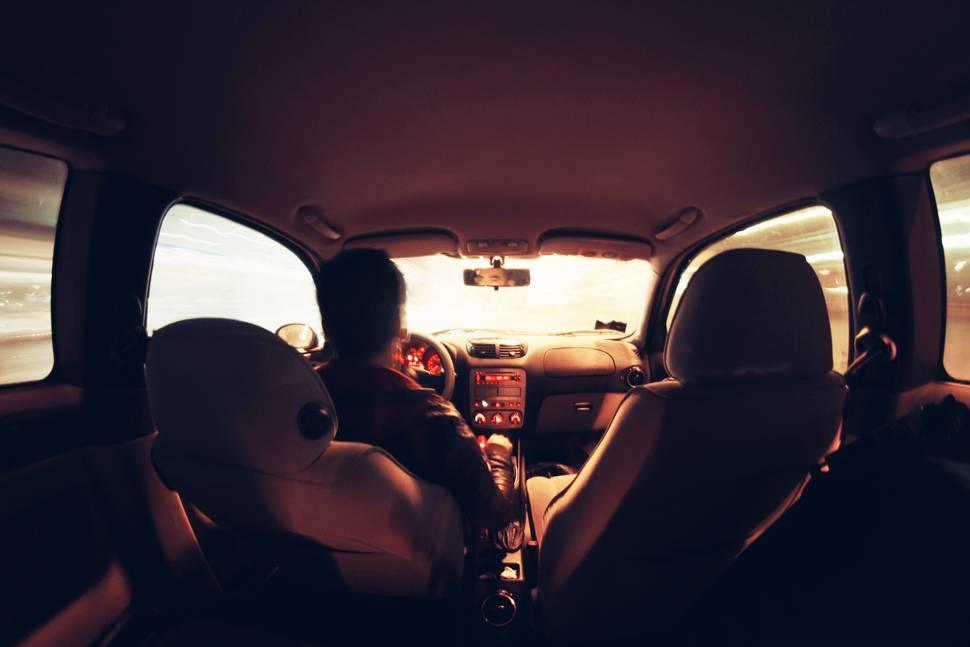 夜のドライブをする男性のカッコイイ写真 | 商用フリーの無料画像素材